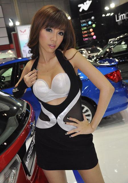 Subaru booth babe