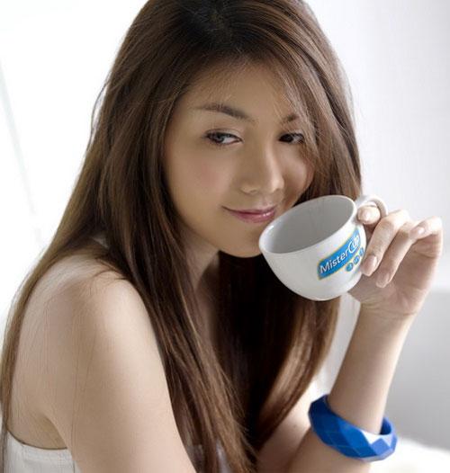 Thai model Wunsen enjoys a coffee