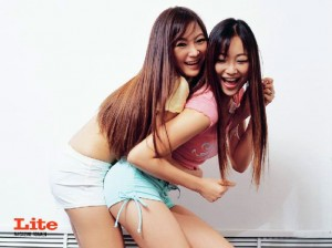 Thai girls hugging Tuktik Tukta in Lite