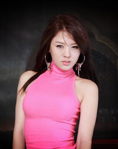 Hwang Mi Hee in pink